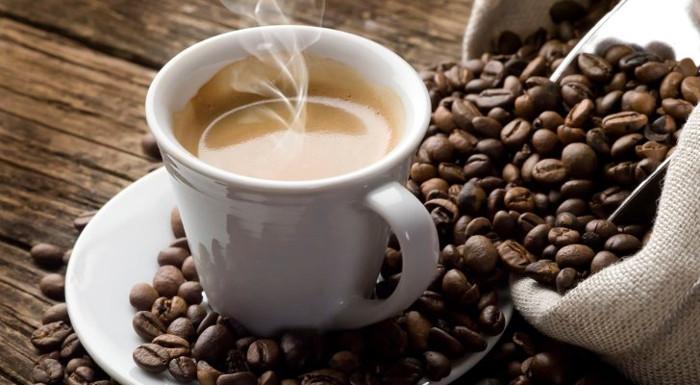 Uống cà phê có thể giảm làm nguy cơ tổn thương gan do uống bia rượu.
