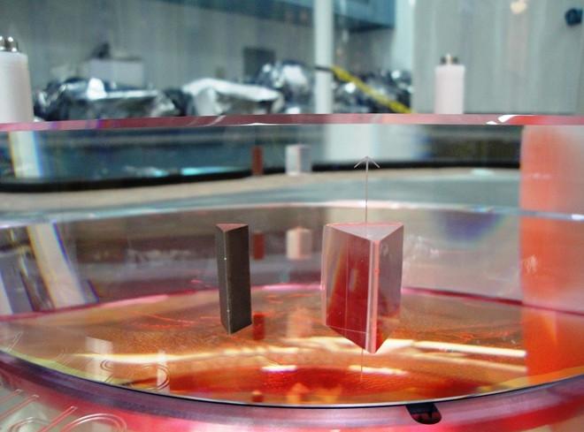 Bộ phận tách chùm laser sử dụng lăng kính.