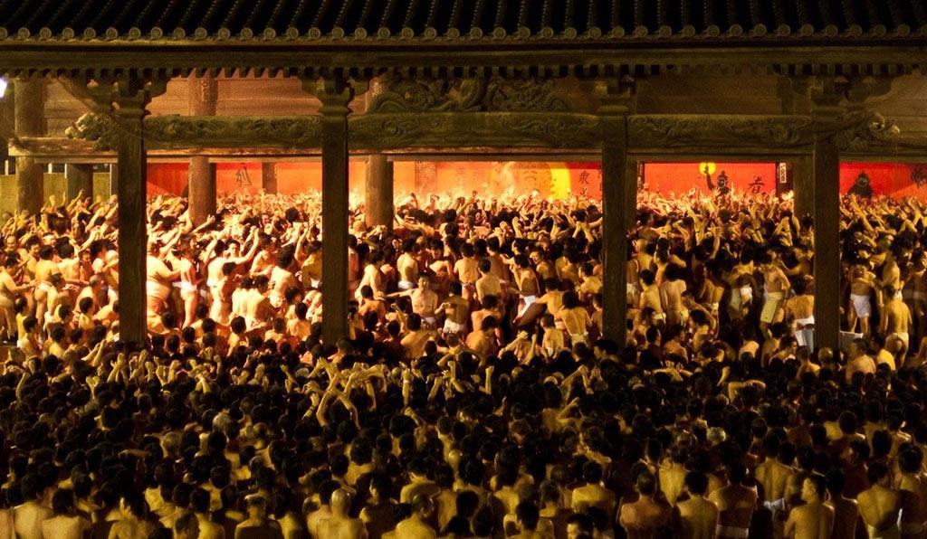 Lễ hội này hình thành từ hơn 500 năm trước, khi những tín đồ đạo Shinto cạnh tranh để nhận được các bùa giấy từ thầy tu.