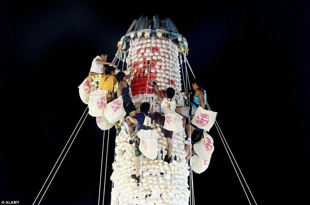 Vào nửa đêm ngày diễn ra lễ cướp bánh, 9.000 chiếc bánh bao (giờ được làm bằng nhựa) được gắn lên 3 tháp cao 14 m. Trước đây, bất cứ ai cũng có thể tham gia, người nào lấy được càng nhiều bánh thì càng gặp nhiều may mắn.