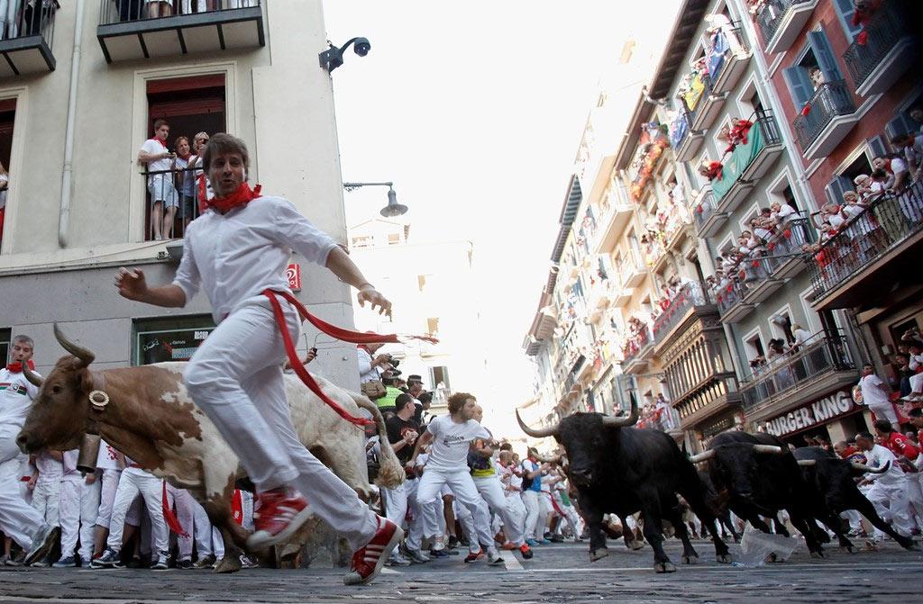Đây là lễ hội nổi tiếng của Tây Ban Nha, thu hút một lượng lớn du khách từ khắp nơi trên thế giới, dù năm nào cũng có người bị thương, thậm chí thiệt mạng.