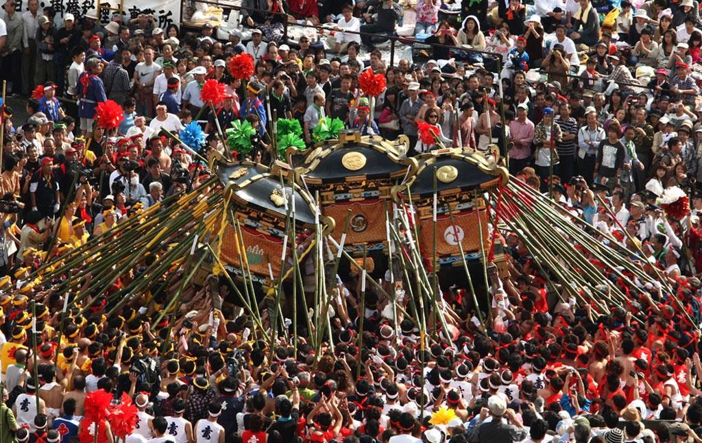 Lễ hội độc đáo này được tổ chức tại đền Matsubara Hachiman, thuộc thị trấn Shirahama, Himeji, Kansai.