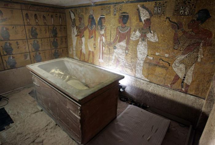 Quan tài đá chứa xác ướp vua Tut trong hầm mộ dưới lòng đất.