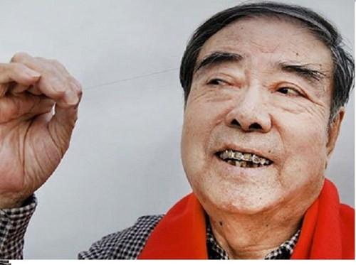 Nhưng ông Zheng và sợi lông mày giúp ông đoạt kỷ lục Guiness.