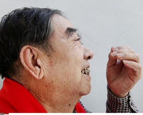 Ông Zheng Shusen và sợi lông mày dài bất thường.
