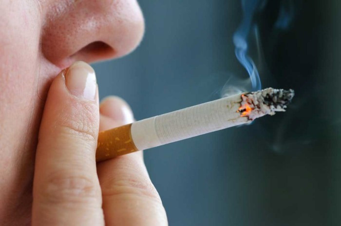 Hút thuốc lá khi đi vệ sinh