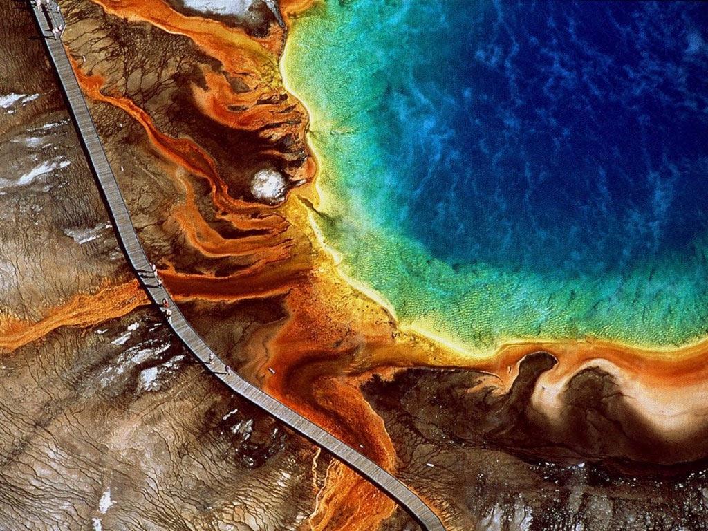 Grand Prismatic ở công viên quốc gia Yellowstone (Wyoming) là suối nước nóng tự nhiên lớn nhất Mỹ và cũng thuộc hàng lớn nhất thế giới. Suối nổi tiếng với màu sắc ấn tượng, thay đổi từ cam và đỏ vào mùa hè sang xanh lá cây vào mùa đông