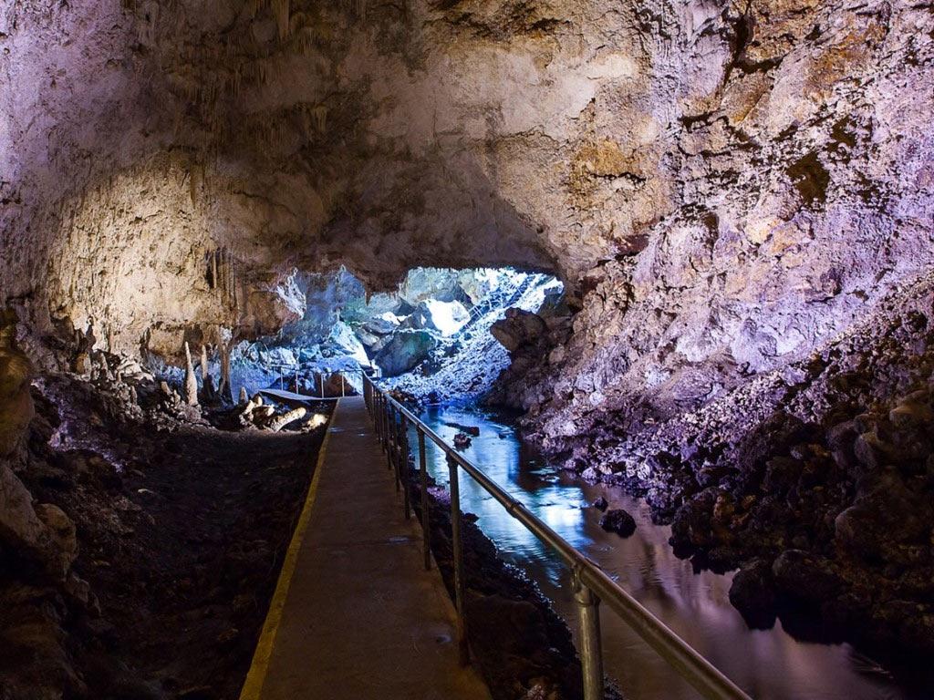 Hệ thống hang động dài nhất đã được khám phá nằm ở công viên quốc gia hang Mammoth, Kentucky. Tại đây, du khách có thể khám phá những buồng hang rộng lớn và mê cung phức tạp trải dài hơn 640 km dưới lòng đất.