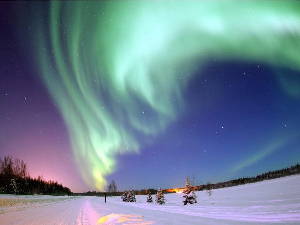 Ngắm Bắc cực quang ở Alaska là trải nghiệm để đời. Fairbank là nơi thường xuyên có cực quang xuất hiện. Tuy nhiên, du khách có thể chiêm ngưỡng hiện tượng kỳ vĩ này từ các địa điểm khác ở Alaska, như Anchorage.