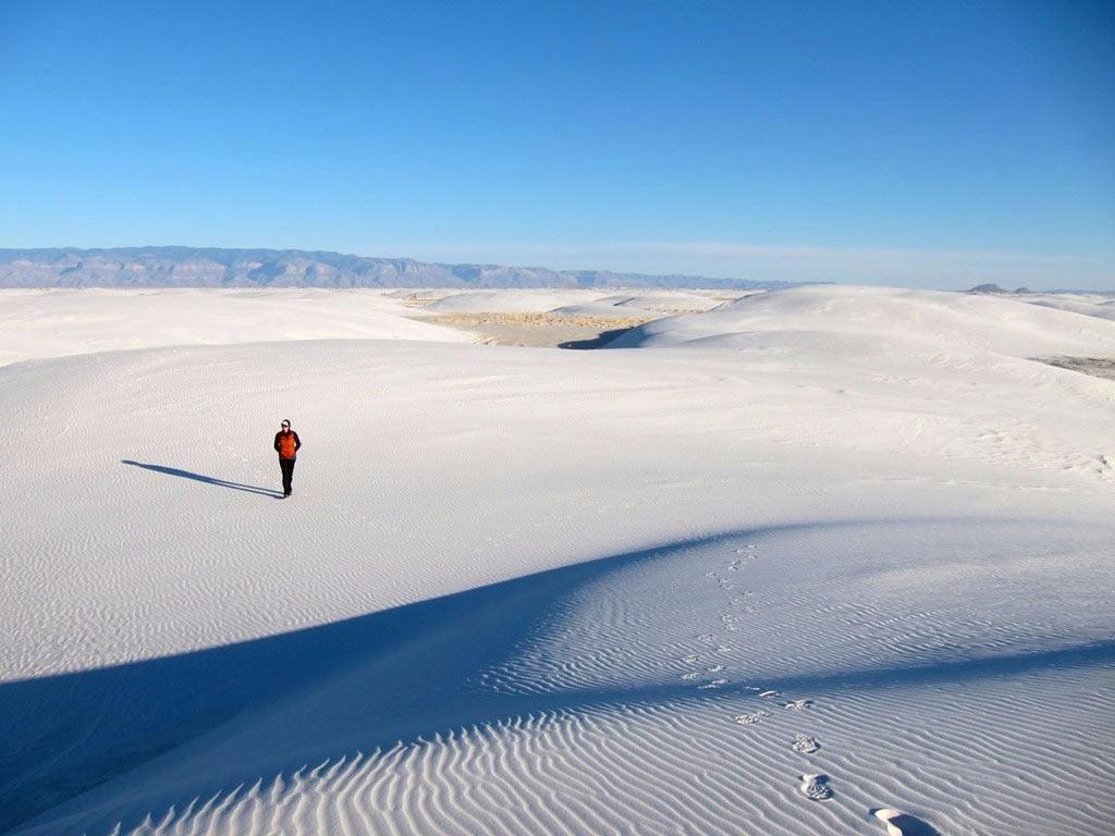 Nằm ở lưu vực Tularosa, New Mexico, khu bảo tồn White Sands có cồn cát thạch cao lớn nhất thế giới, trải rộng hơn 710 km2. Màu trắng muốt của cát nổi bật dưới nền xanh của bầu trời, tạo khung cảnh ấn tượng khó quên.
