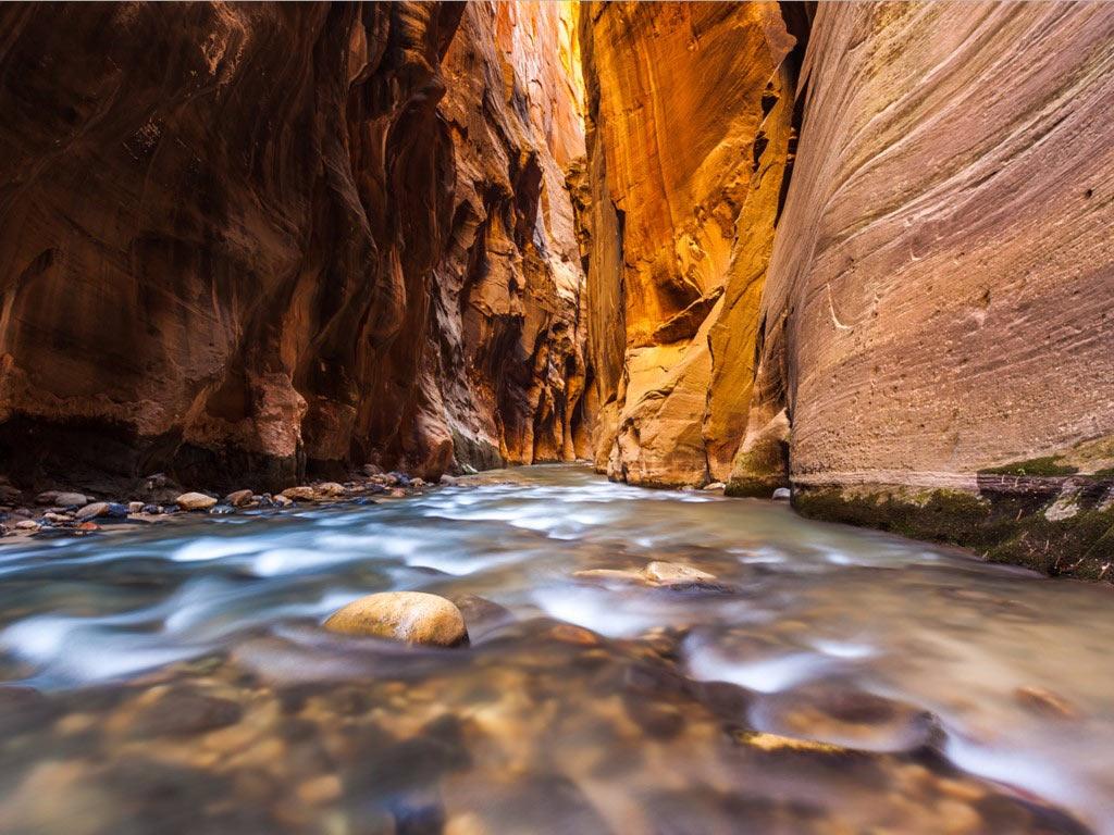 Khe Narrows là đoạn hẹp nhất của hẻm núi Zion, thuộc công viên quốc gia Zion, Utah. Khe núi này có vách đá dựng đứng cao tới 300 m, với dòng sông chảy qua phía dưới. Các du khách thường đi bộ theo dòng nước nông để khám phá khu vực này.
