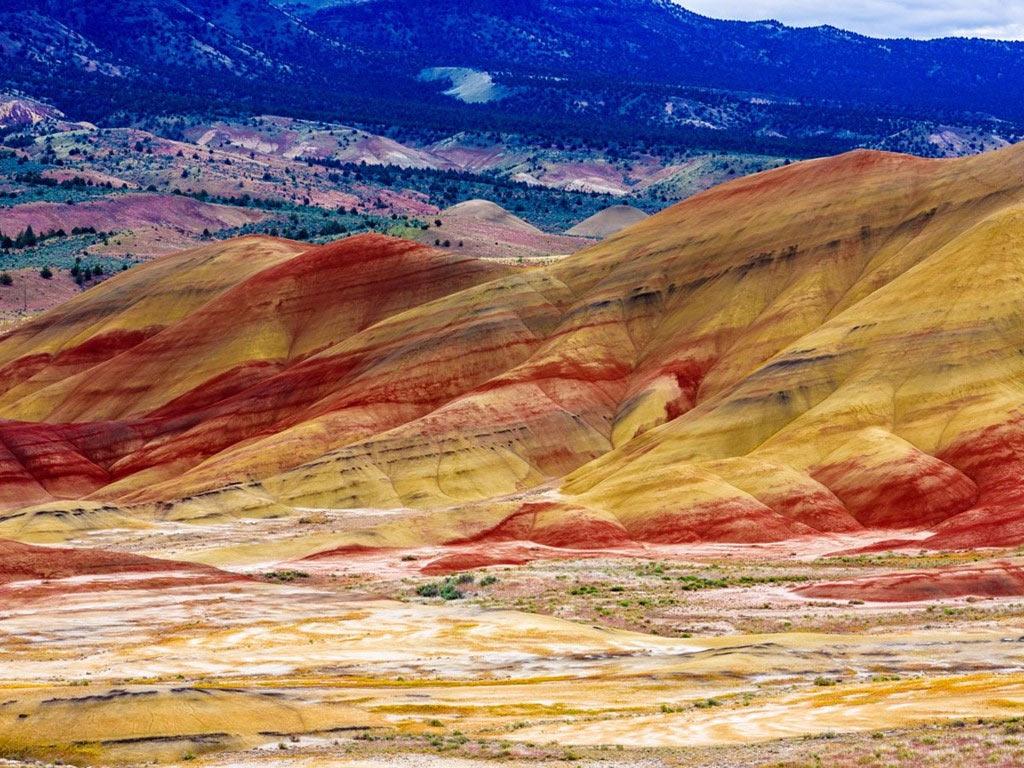 Khu đồi Painted là một phần khu di tích quốc gia John Day Fossil Beds ở hạt Wheeler, Oregon. Các ngọn đồi có màu sắc rực rỡ, vàng, đỏ, đen... thay đổi theo ánh sáng và độ ẩm trong không khí.