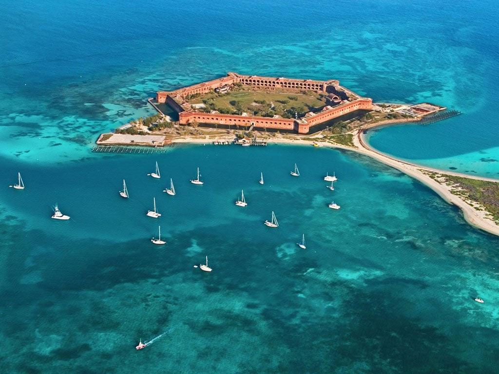Những người thích nước lên khám phá công viên quốc gia Dry Tortugas, nằm cách Key West (Florida) khoảng 110 km về phía tây. Du khách chỉ có thể tới đây bằng thuyền hoặc thủy phi cơ, khám phá pháo đài Jefferson cùng hệ sinh vật biển ấn tượng.