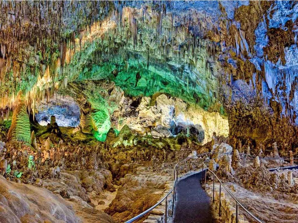 Nằm sâu dưới lòng sa mạc Chihuahuan ở New Mexico, công viên quốc gia hang động Carlsbab gồm 119 hang ngầm hình thành do axit sulfuric ăn mòn đá vôi, tạo hình dạng độc đáo.
