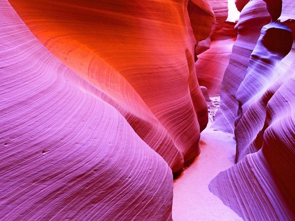 Hẻm núi Antelope là điểm đến nổi tiếng thế giới, có vị trí gần Page, Arizona. Các khối đá ở đây có màu sắc lộng lẫy và ngoạn mục, nhất là khi có ánh nắng mặt trời chiếu rọi.