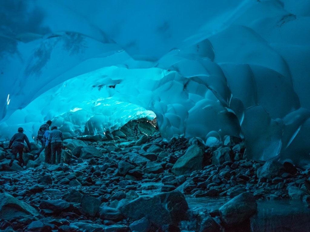 Khám phá những hang băng trong lòng sông Mendenhall dài gần 20 km ở Juneau, Alaska, du khách sẽ được chiêm ngưỡng các bức tường màu xanh huyền ảo.