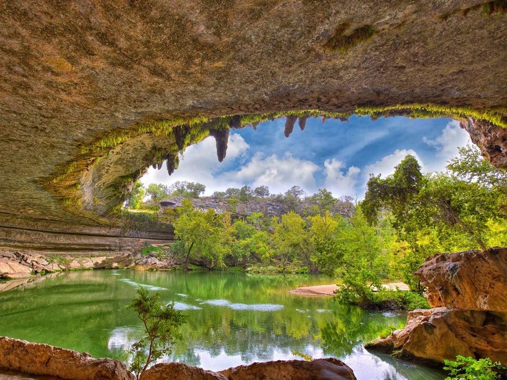 Khu bảo tồn tự nhiên hồ Hamilton (Dripping Springs, Texas) có một hồ nước màu xanh ngọc, lấy nguồn từ những thác nước phía trên. Với vách đá vôi và các thạch nhũ, cùng cây xanh tỏa bóng, nơi đây trở thành điểm bơi lội được yêu thích vào mùa hè.