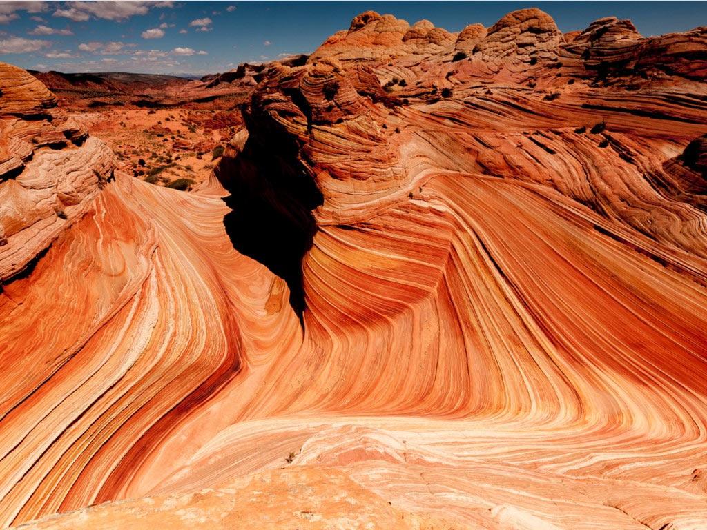 The Wave là địa hình sa thạch độc đáo nằm ở khu hoang dã hẻm núi Canyon - vách đá Vermillon, gần ranh giới Arizona và Utah. Điểm tham quan này nổi tiếng với những sóng đá tuyệt đẹp và màu sắc ấn tượng. Tuy nhiên, đoạn đường tới đây khá khó khăn, và du khách cần xin giấy phép trước.