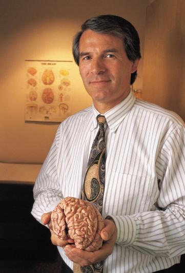Nhà thần kinh học Phil Kennedy.