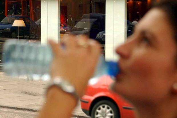 Không nên hạn chế uống nước chỉ để tránh phải dừng xe tìm toilet khi đi đường dài.