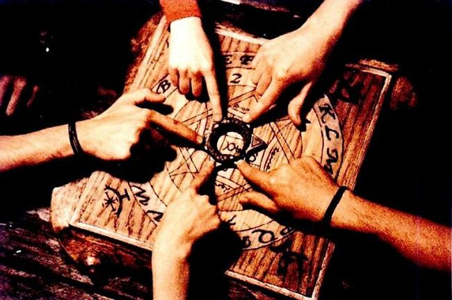 Những người mê tín tin rằng bàn cầu cơ là phương pháp giao tiếp với linh hồn