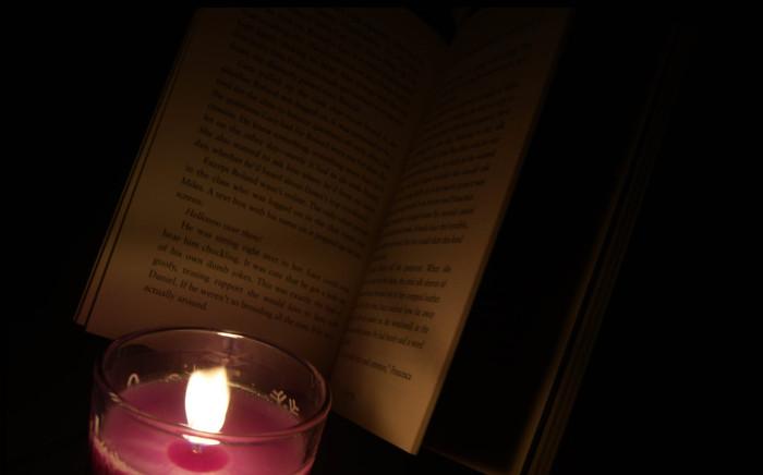 Đọc sách trong môi trường ánh sáng kém như dưới ngọn nến không ảnh hưởng đến thị lực.