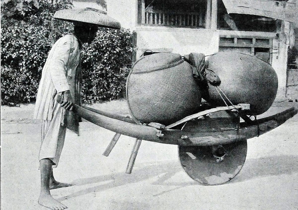 Chiếc xe cút kít một bánh là công cụ kiếm sống của những người làm nghề cửu vạn.