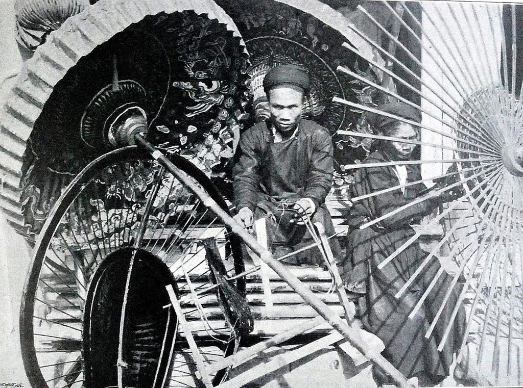 Năm 1900, làm ô lọng thủ công vẫn còn là một nghề được trọng dụng.