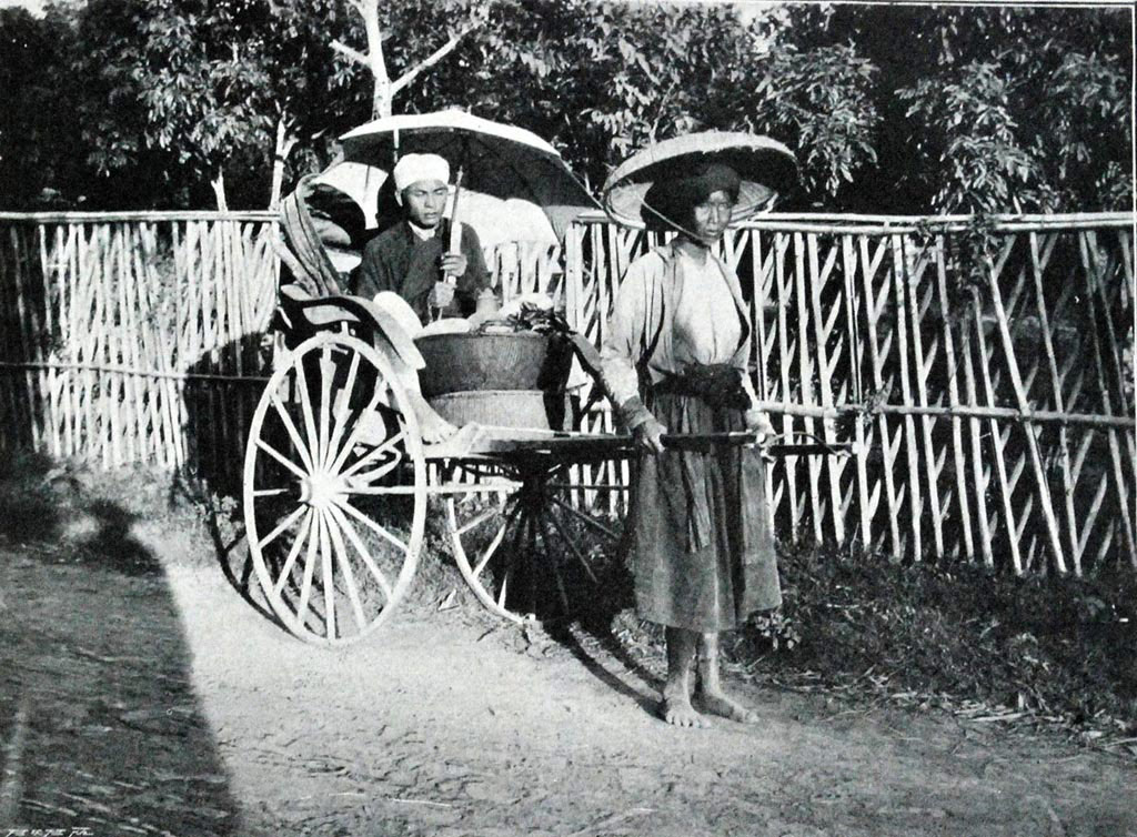 Xe kéo tay là nghề phổ biến của không kể đàn ông, phụ nữ, những người nghèo thời thuộc địa.
