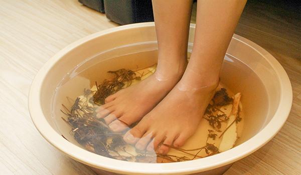 Ngâm chân với nước ngải cứu
