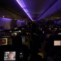 Vì sao khi máy bay cất cánh, hạ cánh lại chỉ để đèn tối lờ mờ?