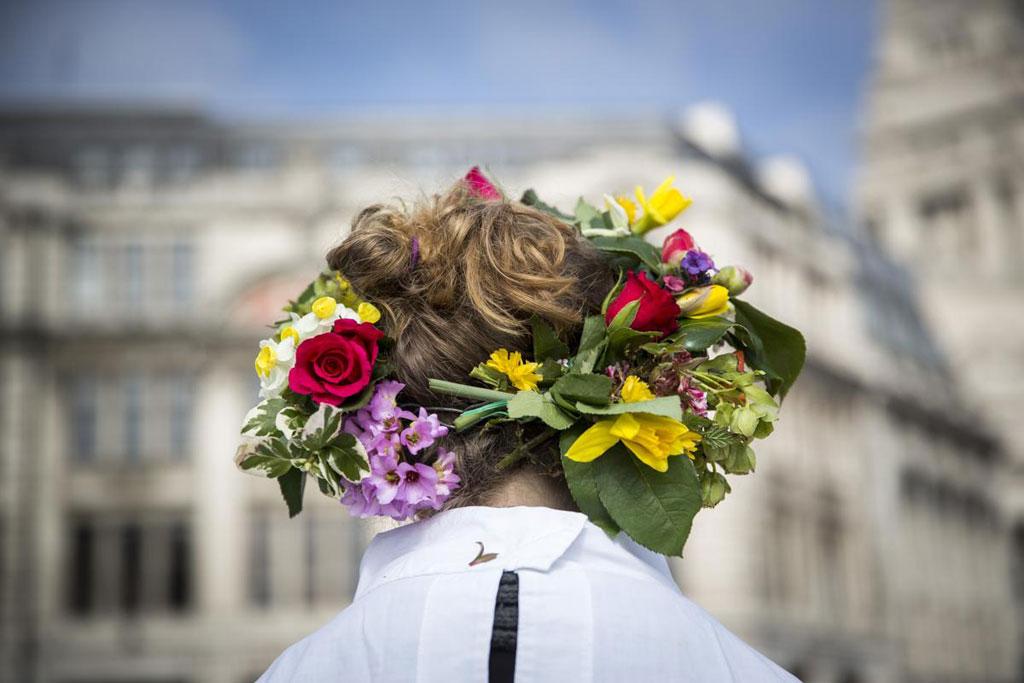 Thành viên của nhóm The Druid Order đeo vòng hoa trên đầu để mừng ngày Xuân phân tại Tower Hill