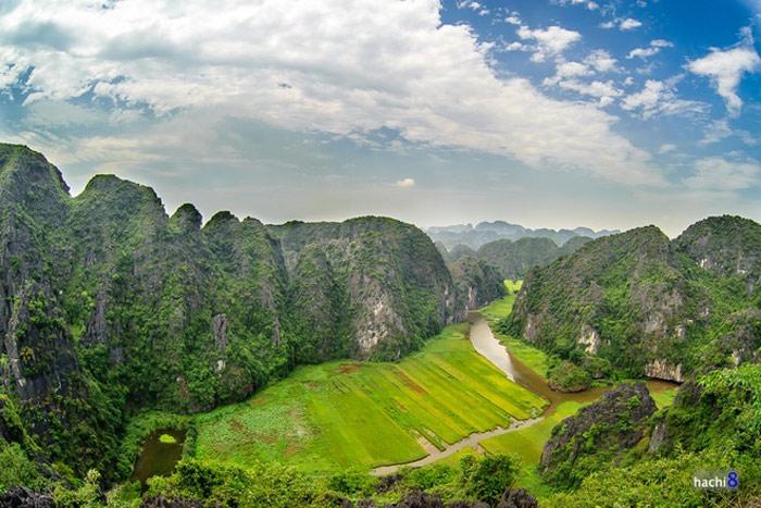 """Tam Cốc - Bích Động, còn được biết đến với những cái tên nổi tiếng như """"vịnh Hạ Long trên cạn"""" hay """"Nam thiên đệ nhị động"""" là một khu du lịch trọng điểm quốc gia Việt Nam."""
