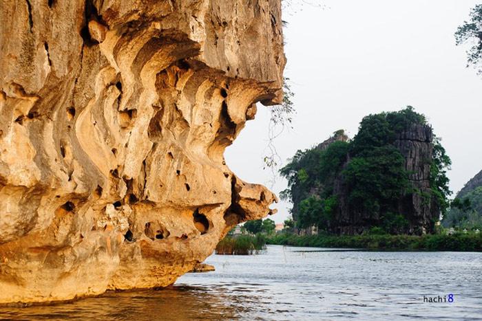 Những khối núi đá vôi bị phong hóa và bào mòn tạo thành nhiều hình thù độc đáo, luôn đem đến cảm giác thích thú cho du khách.