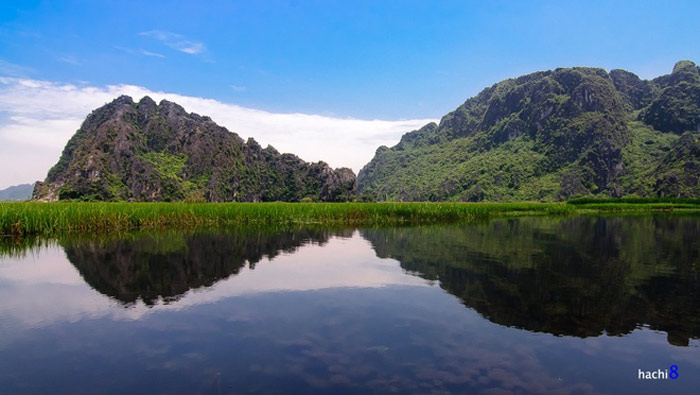 Đầm Vân Long mang vẻ đẹp non nước hữu tình. Mặt đầm trong xanh, nhìn rõ những thảm rong rêu bắt mắt dưới đáy. Cùng với đó là các núi đá vôi hùng vĩ, phần lớn đã bị nước bào mòn thành hệ thống hang động kỳ ảo.