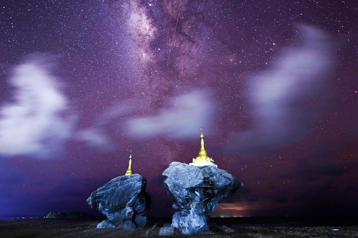 Ảnh phơi đêm ở bãi biển Ngew Saung, phía Tây Pathein, vùng Irrawaddy, Myanmar, cho thấy Dải Ngân hà Milky Way trên bầu trời trong vắt