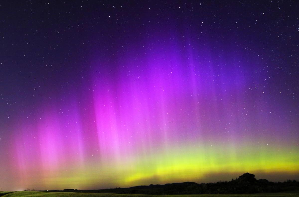 Hiện tượng Bắc Cực Quang làm bầu trời sáng rực ở gần khu Vedauwoo Recreation Area, giữa Cheyenne và Laramie, Wyoming, 23/06/2015.