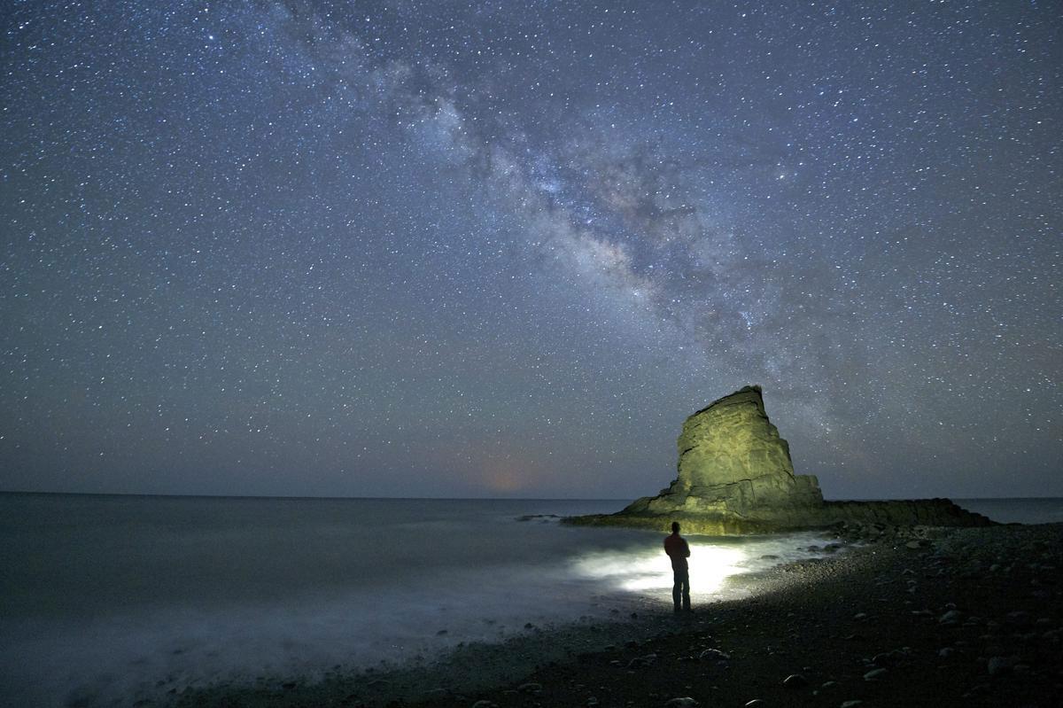 Dải Ngân Hà sáng rực giữa bầu trời trên biển El Roque, Fuerteventura, Canary Islands, Tây Ban Nha, 18/05/2015.
