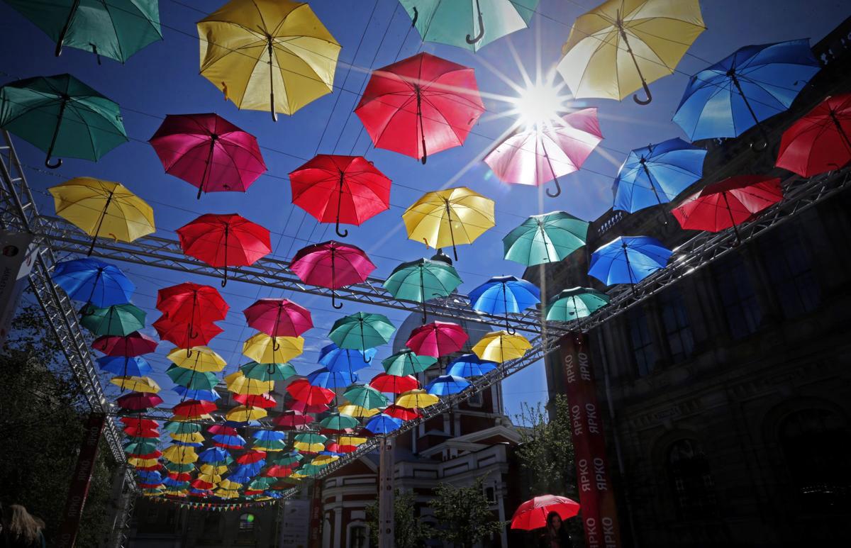 """Tác phẩm nghệ thuật sắp đặt """"Alley of Flying Umbrellas"""" - """"Hẻm dù bay"""" ở trung tâm thành phố St. Petersburt, Nga, được lấy cảm hứng từ """"Umbrella Sky Project"""" của thị trấn Agueda, Bồ Đào Nha, và được ghé từ 500 cây dù đầy màu sắc."""