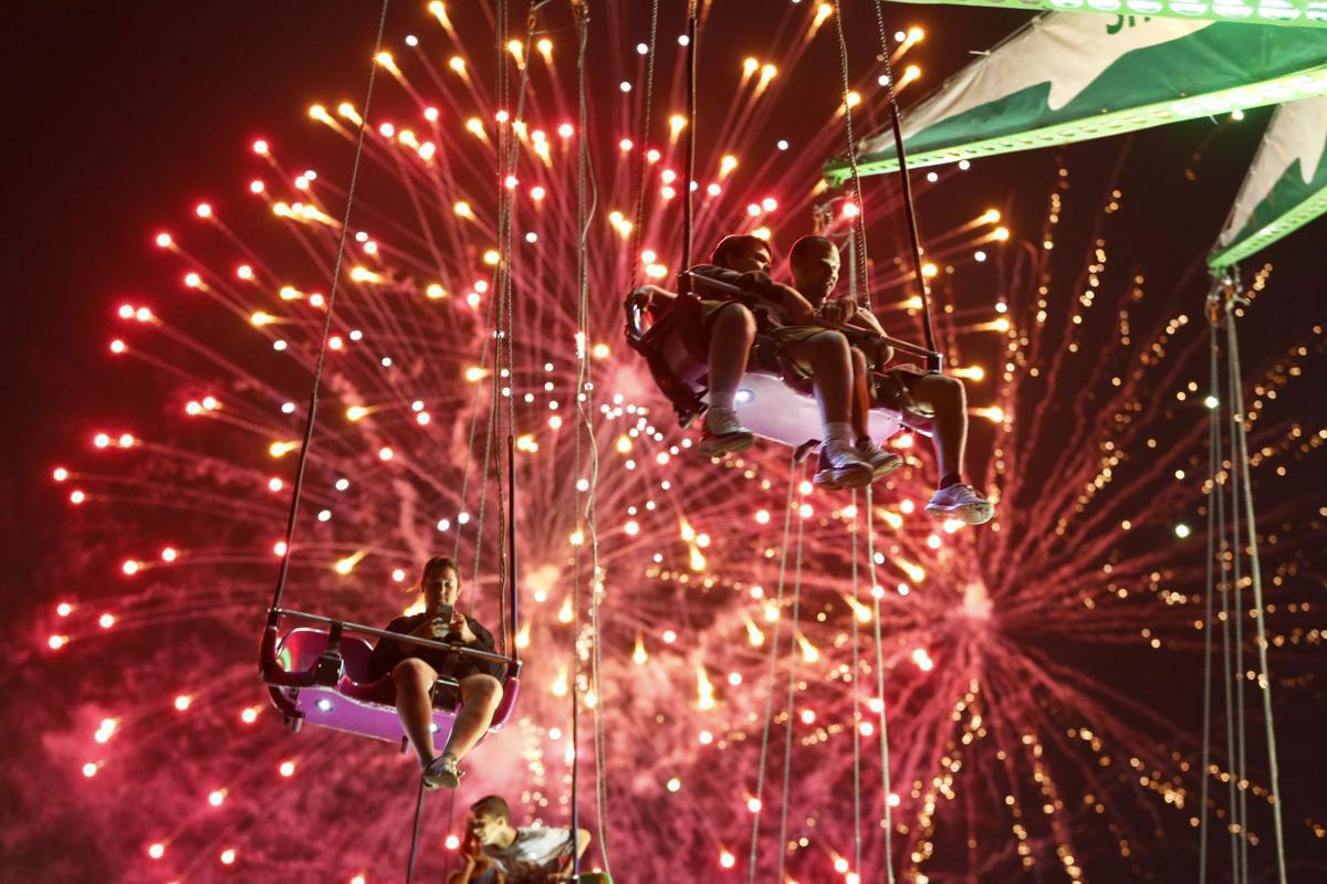 Những người chơi đu quay Sky Flyer tại hội chợ State Fair Meadowlands dưới màn bắn pháo hoa mừng Ngày độc lập của nước Mỹ, 03/07/2015, tại East Rutherford, New Jersey.