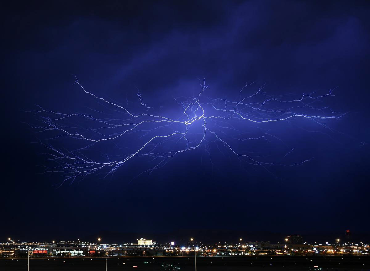 Sấm sét trên bàu trời ở Las Vegas, Nevada, 07/07/2015. Cơn mưa giông nặng hạt và có cả mưa đá kéo dài khiến cho một phần của vùng thung lũng bị ngập đường và mất điện.