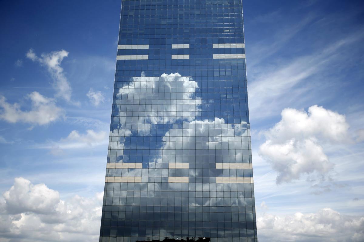 Những đám mây in bóng trên Toà tháp Midi Tower, trụ sở của Cơ quan trợ cấp quốc gia Bỉ, nằm ở trung tâm Brussels, 21/06/2015.