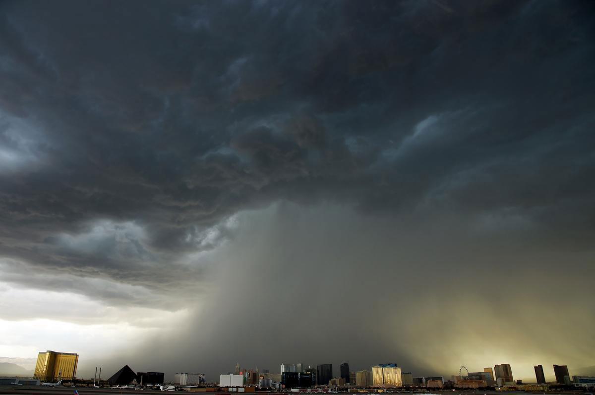 Một cơn giông hình thành trên bầu trời ở Las Vegas Strip, 06/07/2015.