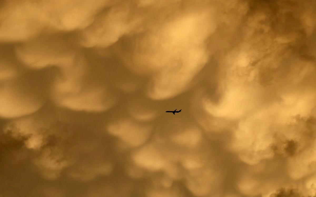 Ảnh phơi đêm ở bãi biển Ngew SauaMột chiếc máy bay thương mại chuẩn bị đến Phi trường quốc tế O'Hare khi những đám mây Mammatus hình thành trên bầu trời trên sân bóng chày Wrigley Field trước trận đấu giữa 2 đội Chicago Cubs và Los Angesles Dodgers, ở Chicago, 22/06/2015.ng, phía Tây Pathein, vùng Irrawaddy, Myanmar, cho thấy Dải Ngân hà Milky Way trên bầu trời trong vắt