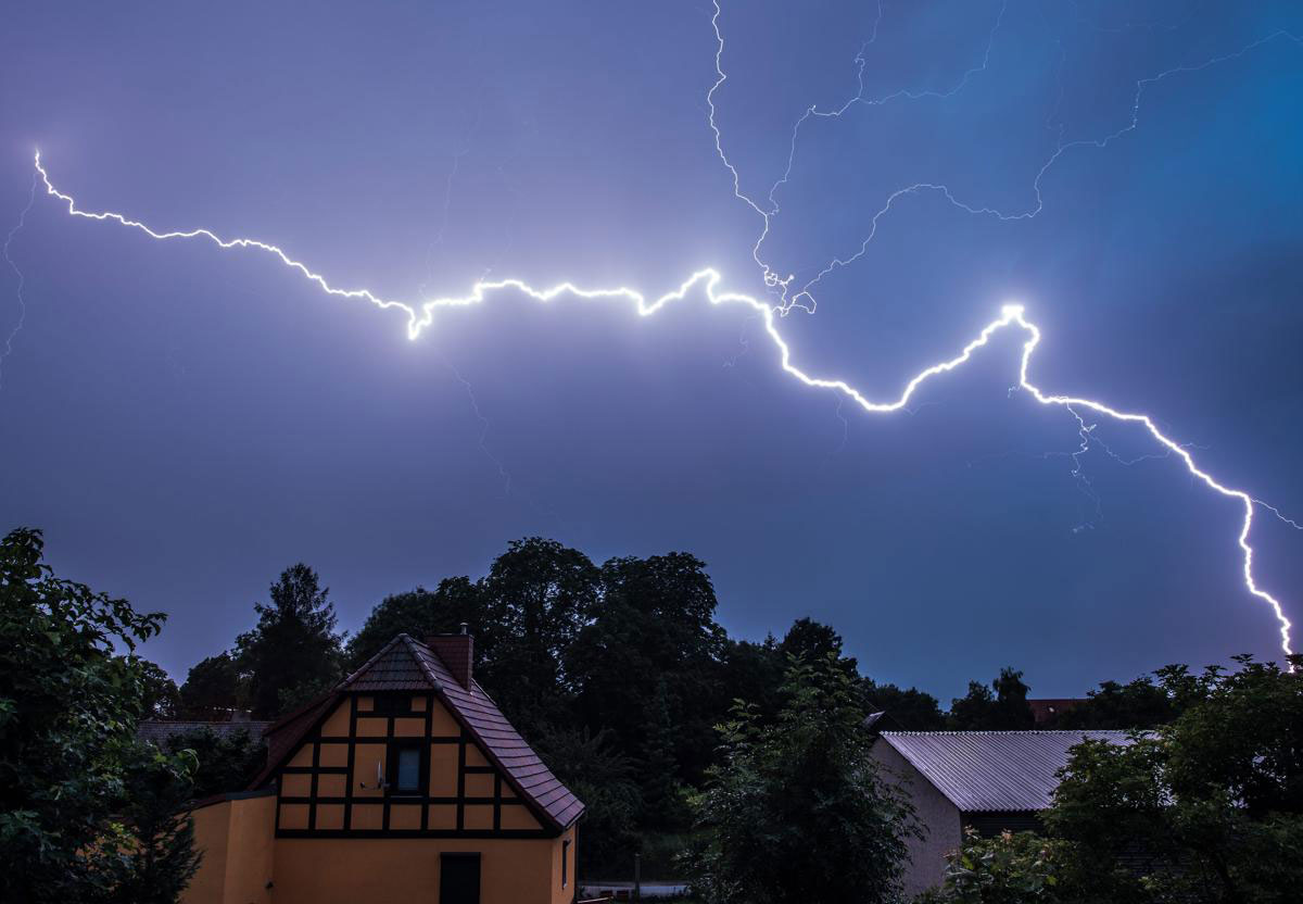 Một tia chớp lớn loé lên giữa bầu trời đêm ở khu dân cư Sieversdorf Brandenburg, Đức, 07/07/2015.