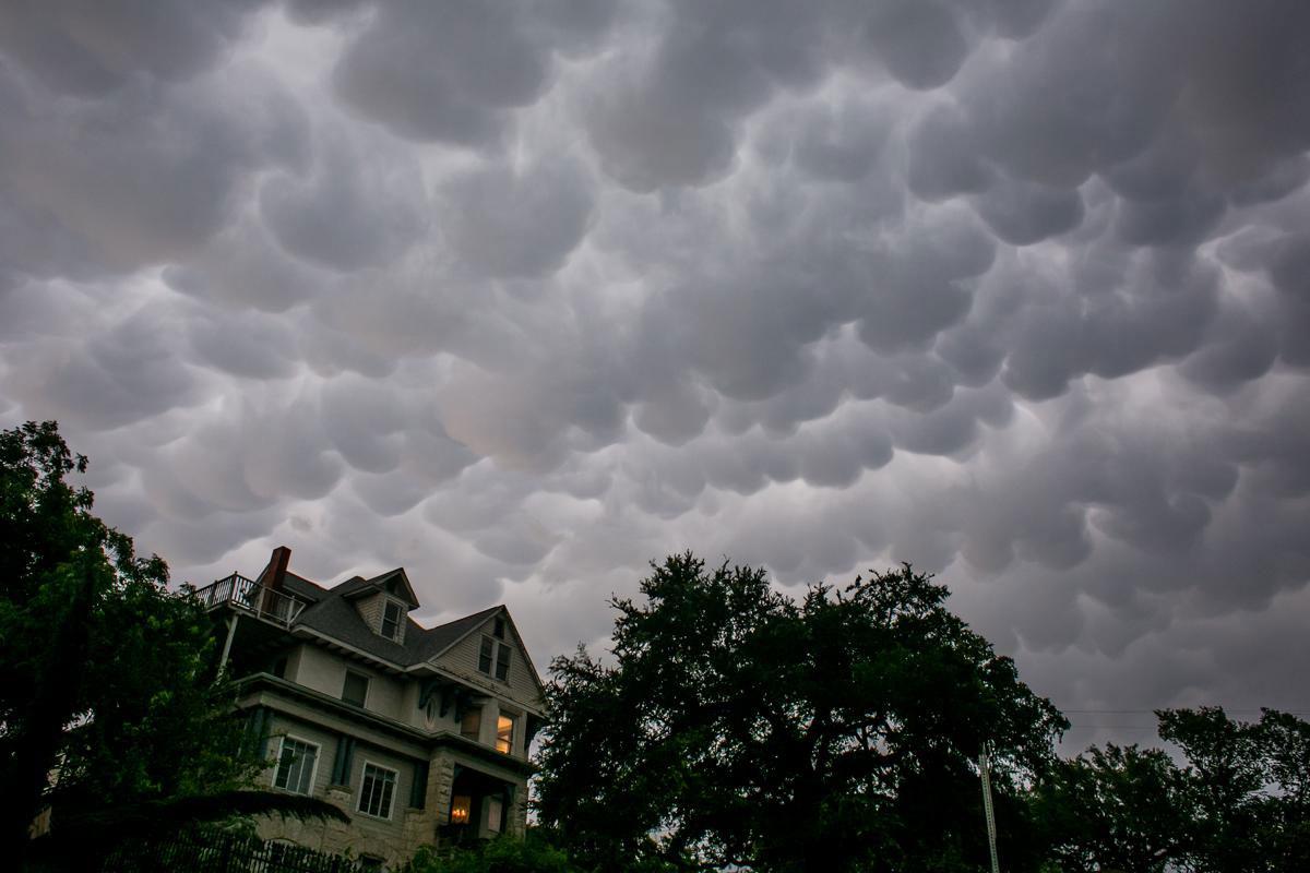 Bầu trời đầy kịch tính sau những ngày mưa nặng hạt kéo dài ở Austin, Texas, 25/08/2015.