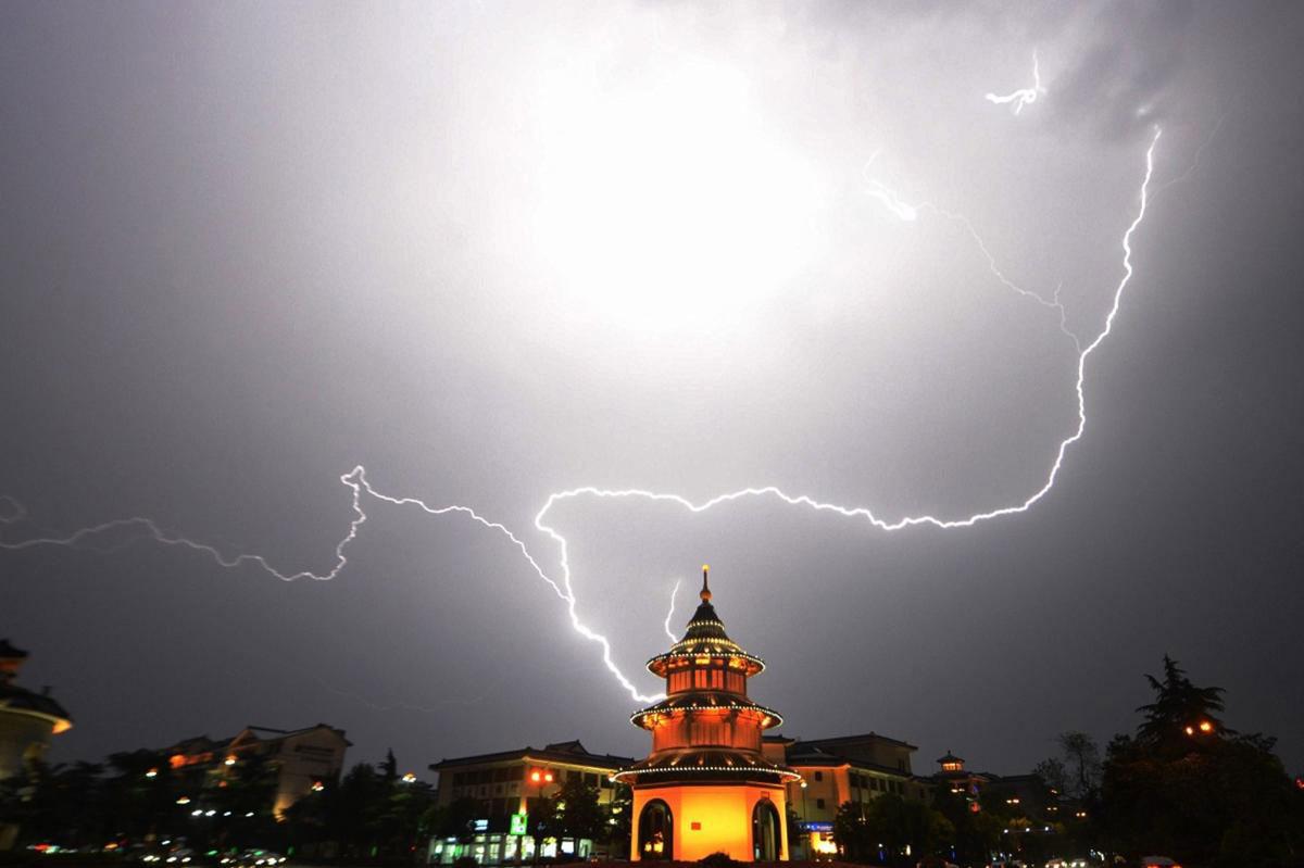 Những tia chớp thắp sáng bầu trời trên một ngôi chùa ở Yangzhou, tỉnh Jiangsu, Trung Quốc.