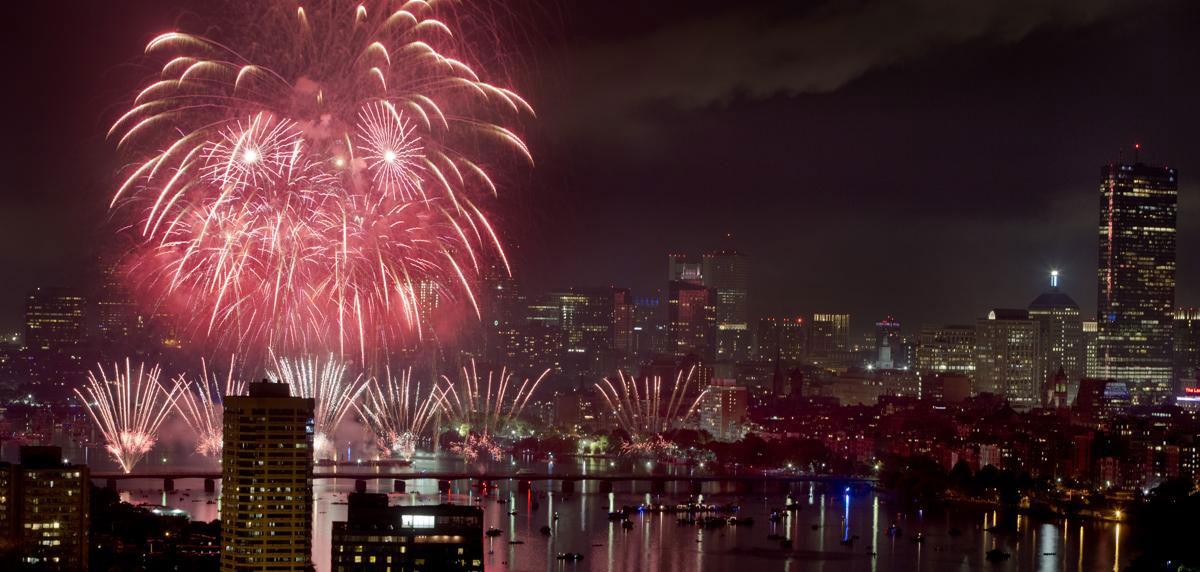 Pháo hoa trên bầu trời sông Charles và Esplanade, Boston, 04/07/2015.