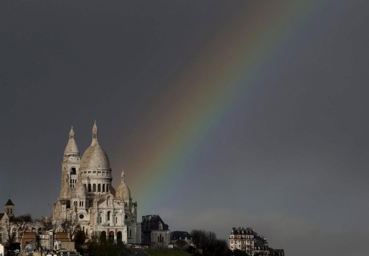 Cầu vồng mọc phía sau nhà thờ Sacre Coeur Basilica, trên ngọn đồi Montmartre, sau một trận mưa đột ngột ở Paris, 23/02/2015.