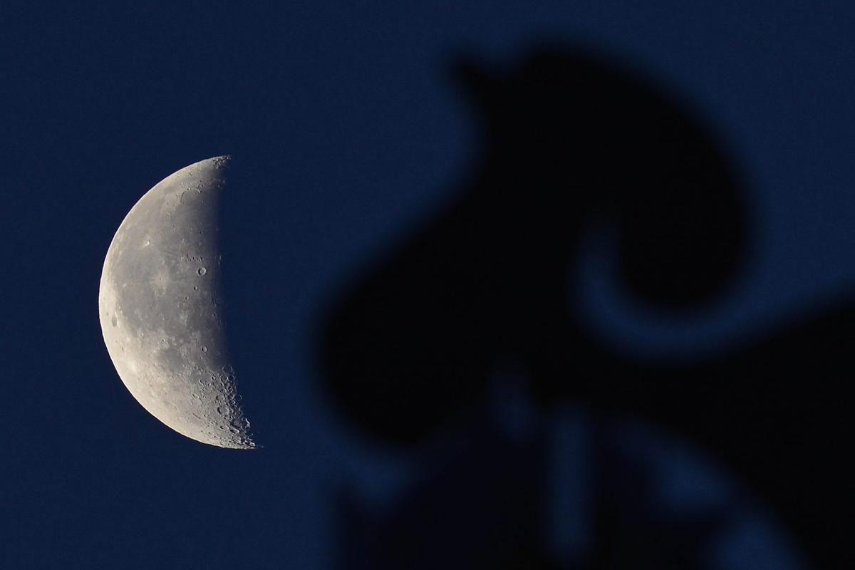 Một thiết bị xem hướng gió ở trước Mặt trăng khuyết trên bầu trời Debrecen, Hungary, 12/05/2015.